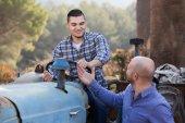 Mechanika Probíhá oprava starých agrimotors na farmě — Stock fotografie