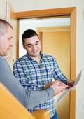 Two men at apartment doorstep — Stock Photo