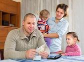 счастливая семья с банкнотами — Стоковое фото