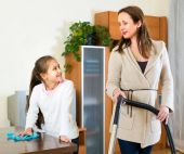 Mother and daughter cleaning house — Stockfoto