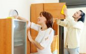 Smiling couple  doing chores at home — Stock Photo