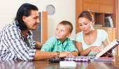 Школьник, изучая с родителями — Стоковое фото