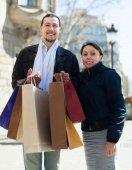 Casal com sacos de compras na rua — Fotografia Stock