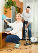 Man and his wife cleaning at home — Fotografia Stock