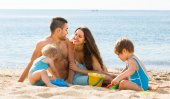 Family resting at beach — Stock Photo
