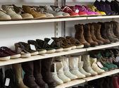 Comptoir avec chaussures hivernales — Photo