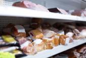 Marktplatz mit Vakuum Fleischerzeugnisse — Stockfoto