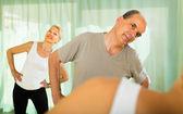 Videopůjčovna na fitness instruktorem — Stock fotografie