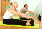 Rentner, die Übungen indoor — Stockfoto