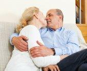 Nettes Älteres Paar auf sofa — Stockfoto