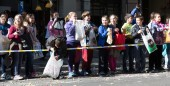 Children  on the sidewalk waiting for caramels — Stock Photo