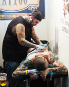 Professional artist doing tattoo — Stock Photo