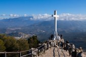 Cross on the mountain over city — Stock Photo