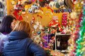 Frauen, die Wahl Weihnachten Spielzeug und Geschenke — Stockfoto