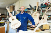 Guitar-maker at workshop — Стоковое фото
