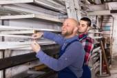 Arbeiter, Pvc-Fenster-Profil auswählen — Stockfoto