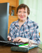 Senior female using keyboard — Foto Stock
