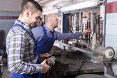 Mechanika pracuje v dílně — Stock fotografie