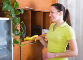 Brunetka dama czyszczenia drewnianych furiture — Zdjęcie stockowe
