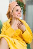Fille, appliquer la crème sur la peau — Photo
