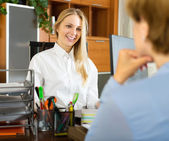 Businesswoman and client discussing — Stock Photo