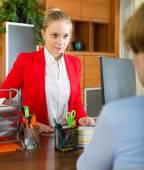 Businesswoman talking with employee — Stock Photo