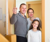 Family opening door — Stock Photo