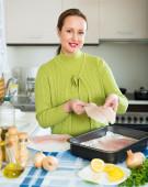 微笑的女士烹饪鱼骨架 — 图库照片