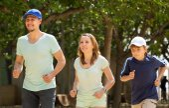 Familie met zoon uitgevoerd in park — Stockfoto