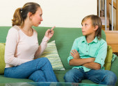 Mother scolding teenage son — Stock Photo