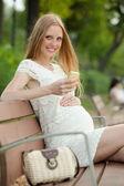 Femme enceinte à l'aide de téléphone portable — Photo