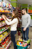 Couple at the grocery store — Stockfoto