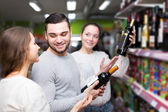 People buying beverages — Stock Photo