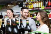 Lidé nákup vína v obchodě — Stock fotografie