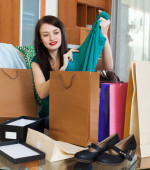 brunette woman with purchases — Stock Photo