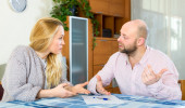 Couple with financial documents — Stock Photo