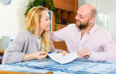 Couple reading insurance contract — Stock Photo
