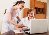 Gülümseyen kadın finansal belgeler arıyor — Stok fotoğraf