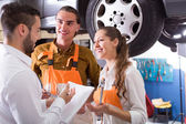 Klienten på auto service — Stockfoto