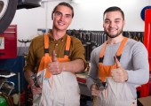 Two mechanics in workshop — Stock Photo