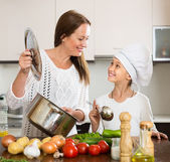 Gülümseyen kız ve anne Mutfak at — Stok fotoğraf