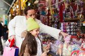 Niña con su mamá en el mercado — Foto de Stock