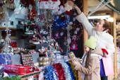 Mamma med dotter i julmarknad — Stockfoto