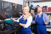 Auto mechanics at workshop — Stockfoto