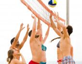 People playing beach volleyball on vacation — Stock Photo