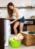 Girl washing clothes in washer — Zdjęcie stockowe