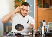 Muž použitím krém na pleť obličeje — Stock fotografie