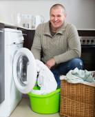 Man using washing machine — Stock Photo