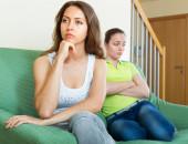 İki genç kadın kızgın — Stok fotoğraf