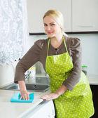 Čištění nábytku v domácnosti v kuchyni — Stock fotografie